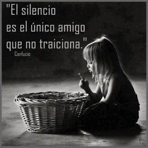 el silencio es el único amigo que no traiciona